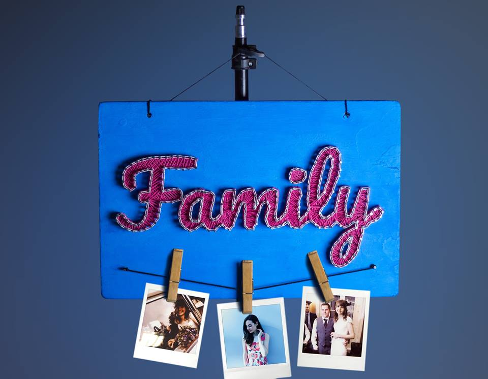 (علاقة خشب للصور العائلية (فن الخيوط