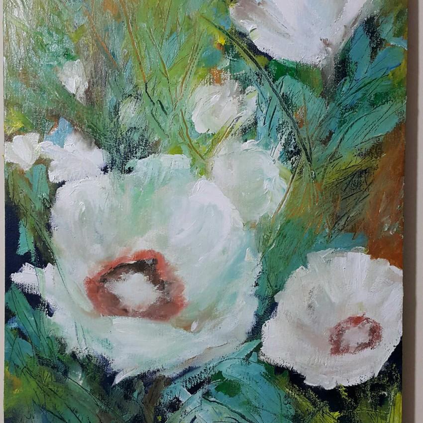 زهور بيضاء مبهجة