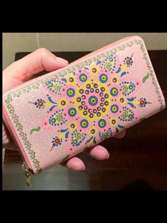 فن التنقيط على محفظة يد