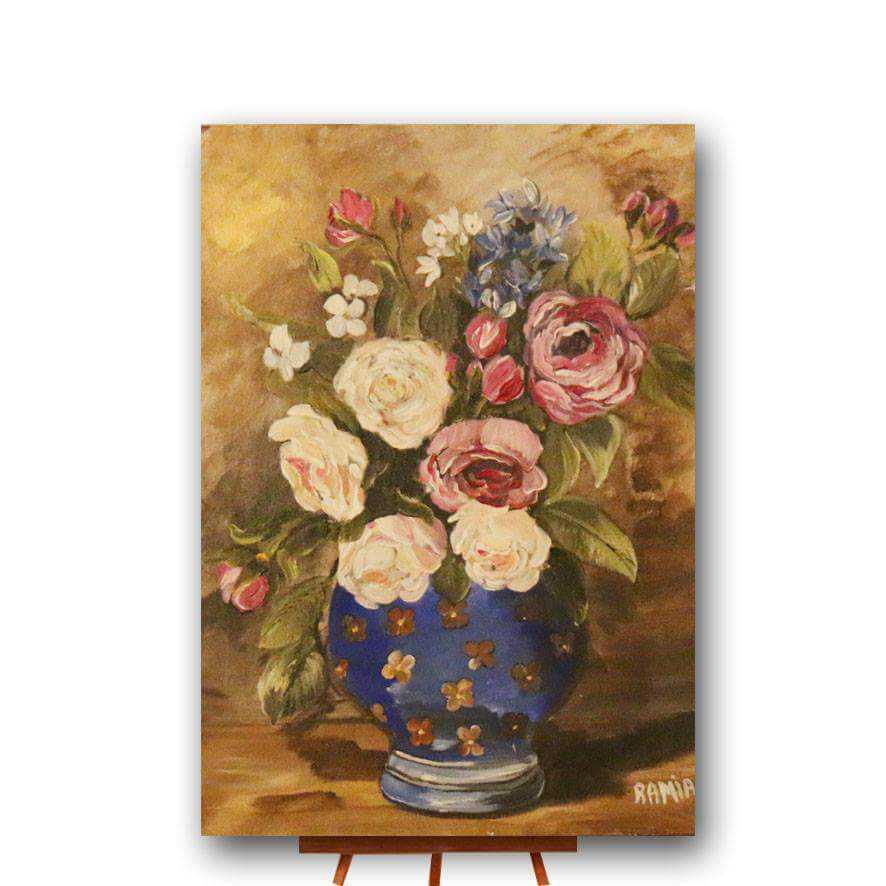 زهور في فازة زرقاء