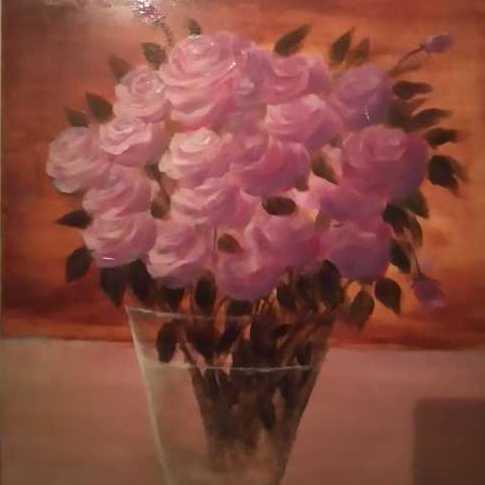 زهور ورديه في اناء شفاف