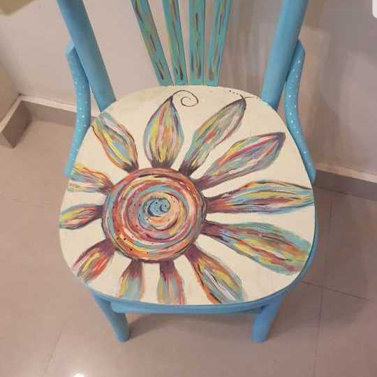 كرسي ملون رسم يدوي